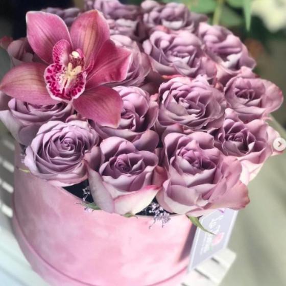 Шляпная коробка из роз и орхидеи
