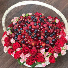 Корзина с розами и ягодами микс