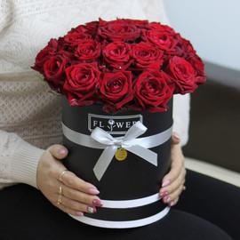 25 красных роз в черной коробке