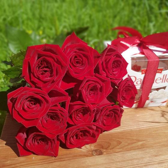 Монобукет из 11 красных роз и раффаэлло
