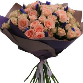 букет  ирисами и кустовой розой