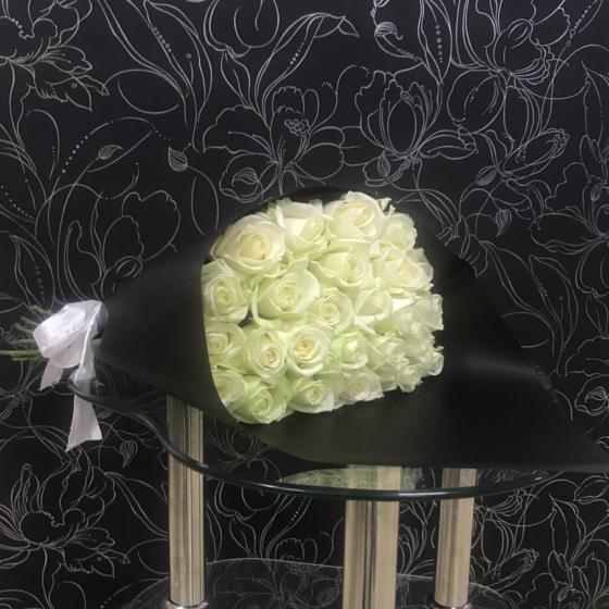 25 белых роз Аваланч в черном крафте 60 см