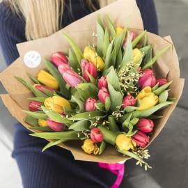 Букет из 25 тюльпанов микс в крафт