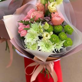 Букет из хризантем, роз и эустомы