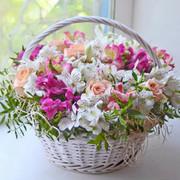 """Букет """"Корзина с альстромериями и розами"""""""