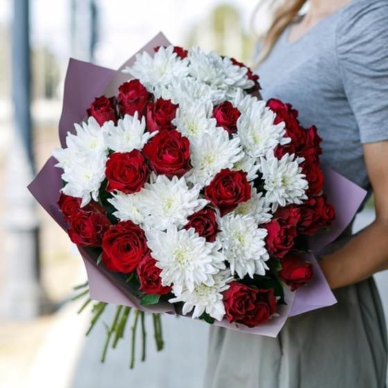 Красные розы с белыми хризантемами