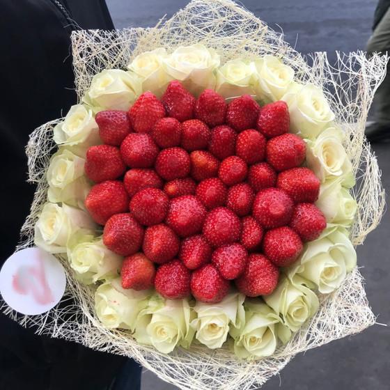 Клубничный букет с розами Аваланж