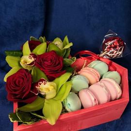 Композиция сердце с цветами и макарунами