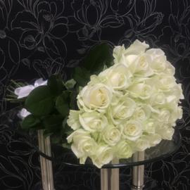 25 белых роз Аваланч 60 см