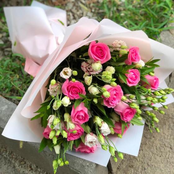 """Букет из розовых роз и эустом """"Влюбленность"""""""