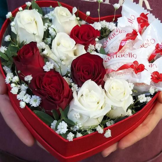 Розы и конфеты в коробке сердце