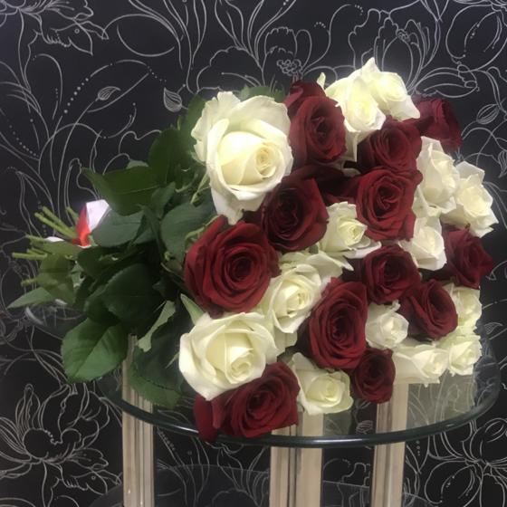 25 красных Ред Наоми и белых Аваланч роз 60 см