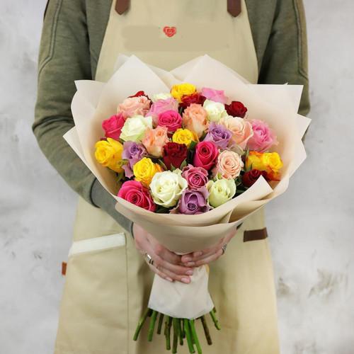 Букет из 31 разноцветных кенийских роз