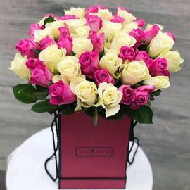 Белые и розовые розы в коробке