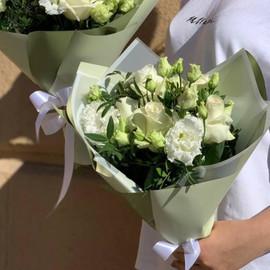 Букет из кремовых роз и эустом