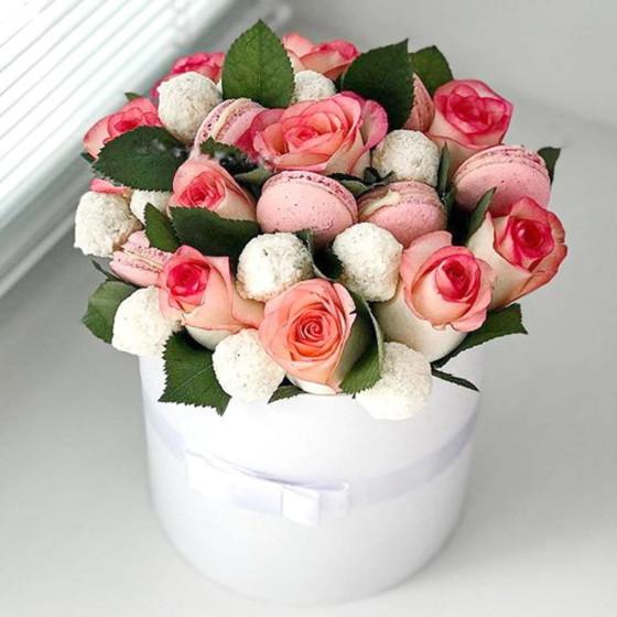 Коробочка с розами, макарунс и рафаэлло
