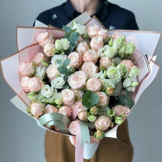 Букет из кустовой пионовидной розы и эустомы