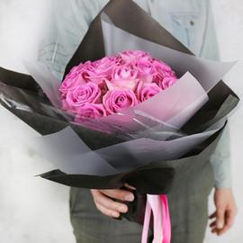 Стильный букет из розовых роз в оригинальной упаковке