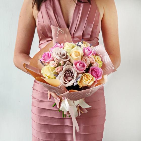 Милый букет из нежных роз в оригинальной упаковке