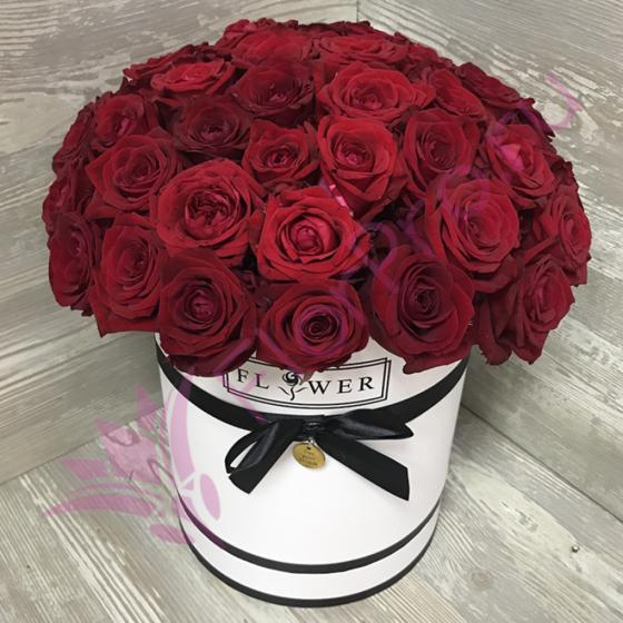 Коробка с цветами из 51 розы «Красные розы в белой коробке»