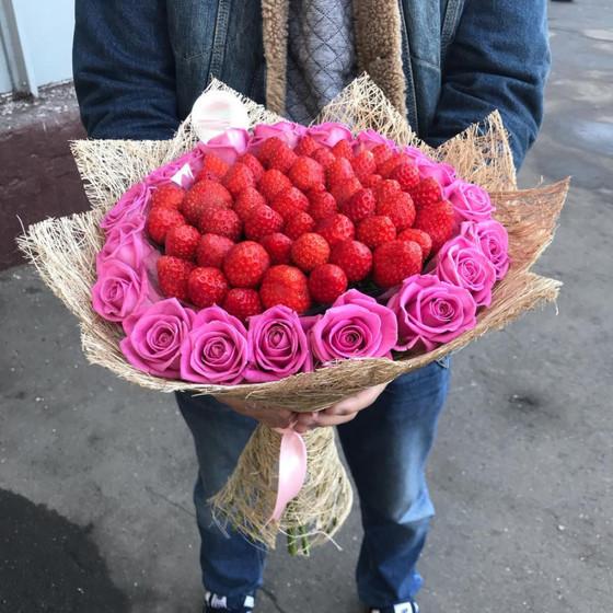 Букет из клубники с розами аква