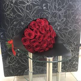 25 красных роз Ред Наоми в черном крафте 60 см