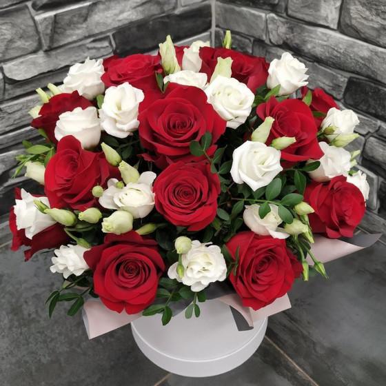 Коробка с розой и лизиантусом