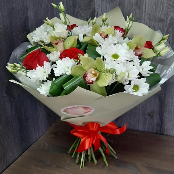 Сборный букет из красных роз и орхидей