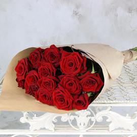 Букет из красных роз в упаковке
