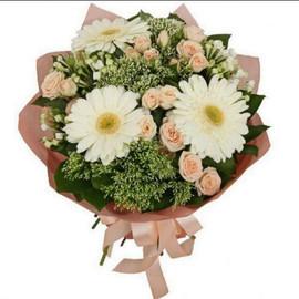 Букетик с герберами и кустовой розой