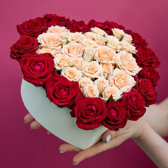 """Композиция из роз в форме сердца """"С любовью..."""""""