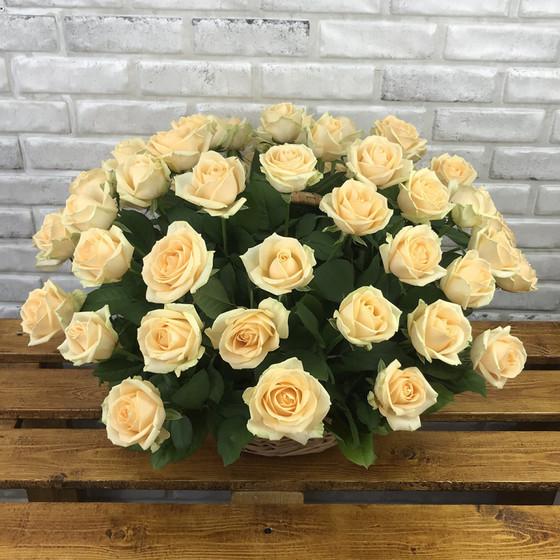 Букет «51 персиковая роза в корзине»