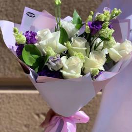 Букет из эустомы и кремовых роз