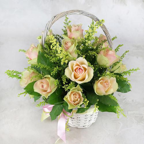 Композиция из зелено-розовой розы 15 шт солидаго в корзине