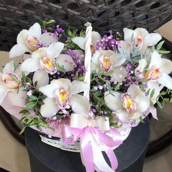 Корзина с цветами «Белая орхидея»