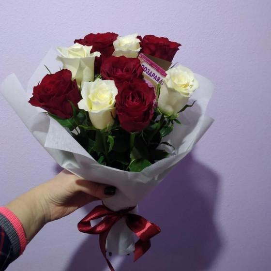 9 белых и красных роз