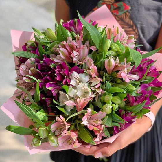 Букет из разноцветных альстромерий