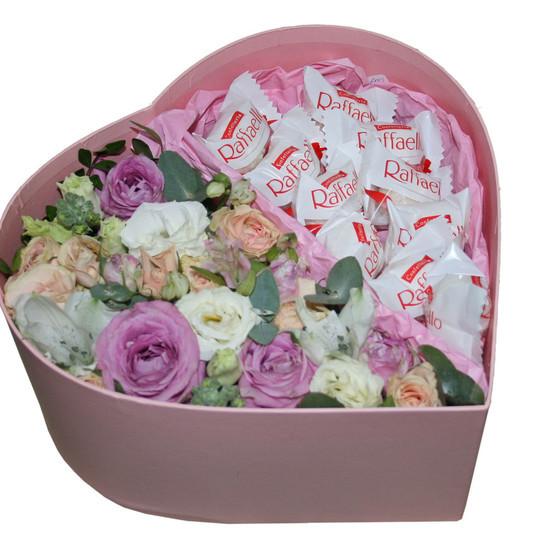 """Коробочка с цветами и конфетами """"Рафаэлло"""""""