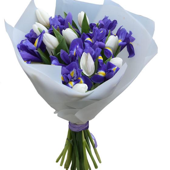 Весенний букет с ирисами  и белыми тюльпанами