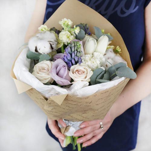 Букет из роз, гиацинтов, тюльпанов и хлопка в крафте