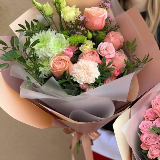 Букет из роз, эустом и хризантемы
