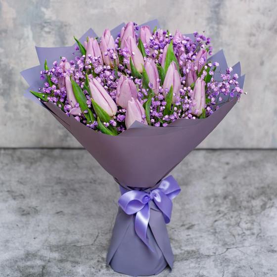 Букет «21 фиолетовый тюльпан с гипсофилой»
