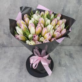 Букет из 51 тюльпана «Белые и персиковые тюльпаны в упаковке»