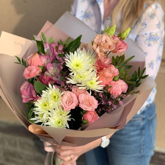 Букет из хризантем, роз и альстромерий