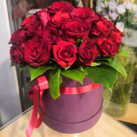 коробка с бордовыми розами