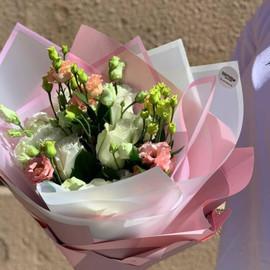 Нежный букет из роз и эустомы