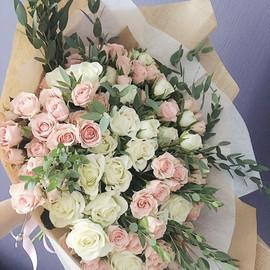 Ароматный букет из кустовых роз