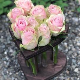 Композиция в деревянном сердце с колбами из 9 роз