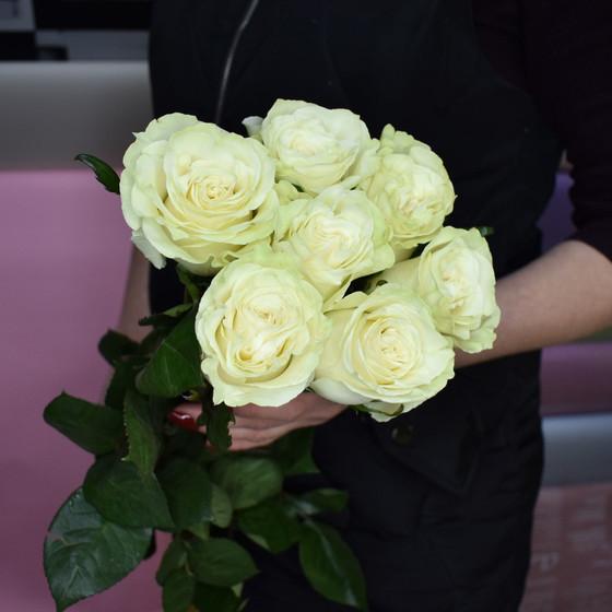 7 белых роз 60 см