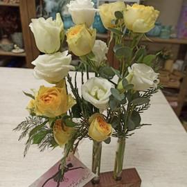 Розы и Эустома в пробирке